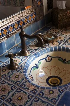 Spanish style homes – Mediterranean Home Decor Mexican Style Homes, Mexican Home Decor, Spanish Style Homes, Spanish House, Spanish Style Interiors, Spanish Bathroom, Spanish Style Bathrooms, Mediterranean Home Decor, Bathroom Styling