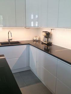 Moderni valkoinen koti Kitchen Cabinets, Decor, House, Kitchen, Home, Cabinet, Home Decor