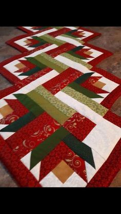 Quilted Christmas Gifts, Quilted Table Runners Christmas, Table Runner And Placemats, Patchwork Table Runner, Christmas Crafts, Table Topper Patterns, Quilted Table Toppers, Table Runner Tutorial, Table Runner Pattern