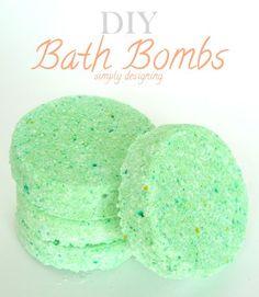 DIY Bath Bombs (aka fizzy bath bombs) - this is such a fun and simple bath bomb recipe