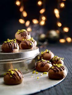 Einfache Kekse mit einem Nougatkern und Schokolade verziert