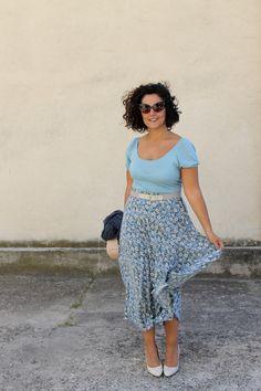 vintage, vintage style, vintage fashion, vintage outfit, floral, midi skirt, silk skirt, blue skirt, floral silk skirt, vintage look, transitional outfit, curvy blog, curvy blogger, curvy model, plus size blog, inbetweenie, fashion tips, italian style, italian lyfestyle, italian woman, stile vintage, gonna lunga, moda curvy, moda plus size Midi Skirt Outfit, Skirt Outfits, Cute Outfits, Dress, Curvy Fashion, Plus Size Fashion, Women's Fashion, Fashion Outfits, Fashion Tips