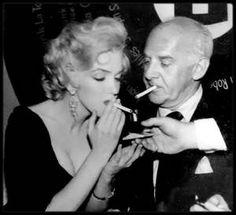 """19 Décembre 1953 / Lors d'une soirée (la """"8 Ball Welfare Foundation"""", fondée par le """"Los Angeles Press Club"""") , Marilyn est élue """"Miss Press Club"""" de l'année 1953 et à ce titre reçoit en trophée la boule de billard numérotée 8, censée porter bonheur."""