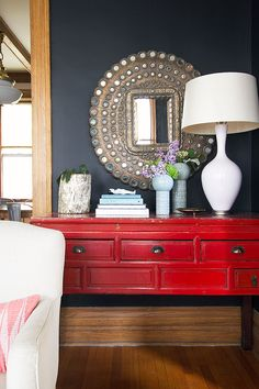 There goes my dream mirror again and above a red Chinese console table! Peacock mirror you will be mine someday. Red Console Table, Table Mirror, Peacock Mirror, Decoration Entree, Muebles Living, Anthropologie Home, Red Home Decor, Diy Living Room Decor, Red Interiors