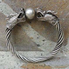 Handgefertigte Drachen-Armspange Breite ca. 9,5 – 16 mm Durchmesser ca. 74 mm Miao-Silber (Kupfer, Nickel & Silber) #JOY #Einzelstücke #Schmuck #handgefertigt #Drachen #drachenarmspange #drachenarmband #armband #Armspange #DrachenArmschmuck #handgefertigt #miaosilber #handmade #Dragon #dragonbracelet #Bracelet #bangle #dragonbangle #jewelry #jewellery #Geschenk #Geschenkidee #gift #fashion #style #love #handmadejewelry #schmuckliebe #onlineshop #Männergeschenk #mensgift #unikat #unique Ring Verlobung, Fathers Day, Gift Ideas, Bracelets, Silver, Gifts, Jewelry, Man Jewelry, Handmade Jewelry