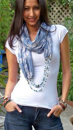 DIY: personalizar un pañuelo con bisutería - #bisutería #con #DIY #pañuelo #personalizar Scarf Necklace, Fabric Necklace, Scarf Jewelry, Textile Jewelry, Fabric Jewelry, Jewellery, Fabric Beads, Diy Scarf, Scarf Shirt