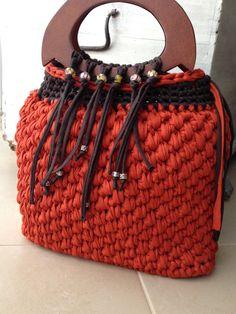 Sac à main en fil recyclé orange - marron et anses en bois (zpagetti, hoooked, trapillo) : Sacs à main par knit-and-lovely-ideas