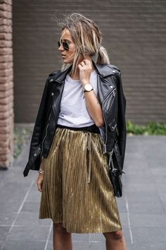 46 The Best Metallic Skirt Outfit For Fall Look Glamour Modest Fashion, Fashion Outfits, Womens Fashion, Fashion Trends, Fashion Ideas, Metallic Skirt Outfit, Gold Metallic Skirt, Spring Summer Fashion, Autumn Fashion