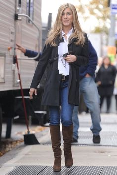 Jennifer Aniston Isnt Crazy About These Jeans but She Wears Them For Justin Theroux Jennifer Anniston Aniston Crazy Isnt Jeans Jennifer Justin Theroux Wears Estilo Jennifer Aniston, Jennifer Aniston Style, Jeniffer Aniston, British Fashion Brands, Fall Outfits, Casual Outfits, Cute Outfits, Justin Theroux, Winter Mode