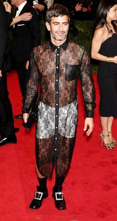 Marc Jacobs in a sheer, black lace shirt-dress and white boxer shorts for the 2012 Met Gala. Giving new meaning to the term VPL (visible panty lines), this outfit rocked and shocked the red carpet. designers be cray. Bad Fashion, Fashion Fail, Weird Fashion, Celebrity Dresses, Celebrity Style, Does Your Mother Know, Worst Celebrities, Monsieur Madame, Ugly Outfits