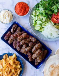 Saftiga, smakrika och utsökta biffar från Balkan. Godast blir biffarna om de får stå i kylen flera timmar innan de steks. Avnjutes helst med det goda brödet lepinja, kajmak, ajvar och lök. Grilla gärna biffarna på grillen, då blir de magiskt goda. Ca 30 st biffar, 6 portioner 1 kg köttfärs av valfri sort (gärna med hög fetthalt) 3 st vitlöksklyftor 0,5 gul lök 1 dl kolsyrat vatten 1 tsk bikarbonat (gör köttet saftigt) Salt & svartpeppar 1,5 tsk paprikapulver Vegeta (kan uteslutas) Kaymak:... Cold Lunches, Zeina, Middle Eastern Recipes, Beef Dishes, Everyday Food, Food Lists, International Recipes, Love Food, Cravings