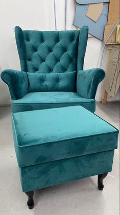 Living Room Decor Pieces, Wing Chair, Moving Out, Squat, Accent Chairs, Posts, Furniture, Home Decor, Decorating Ledges