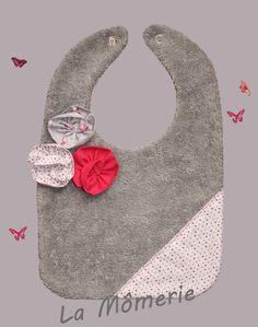 Bavoir bébé gris fleurs de tissu et tissu à pois roses : Mode Bébé par la-momerie
