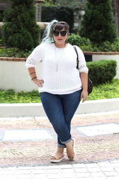 chinelo-de-plataforma-para-pé-gordo-e-calça-jeans-plus-size