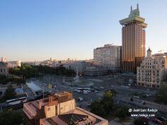 Vistas de Madrid al anochecer desde una terraza del hotel NH Sanvy de la Plaza de Colón