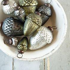 Eikeltjes kerstballen in een oude schaal