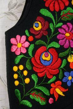 Hand Embroidery Design Patterns, Hand Embroidery Flowers, Hand Embroidery Stitches, Mexican Embroidery, Hungarian Embroidery, Embroidery Hoop Art, Mode Russe, Kutch Work Designs, Bordado Floral