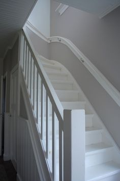Let op: styling armleuning Entry Stairs, House Stairs, White Staircase, Staircase Design, Fairytale House, Stair Steps, Painted Stairs, Stairways, My Dream Home