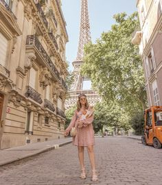 How to Pose in Travel Photos Naturally and Creatively - Grace J. Travel Pictures Poses, Poses For Photos, Picture Poses, Photo Poses, Travel Photos, Photography Poses, Travel Photography, Landscape Photography, Pic Saint Loup
