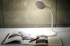 DUK__Pequeña lámpara led de escritorio con brazo de gel, carcasa de plástico ABS y cuerpo de aluminio.