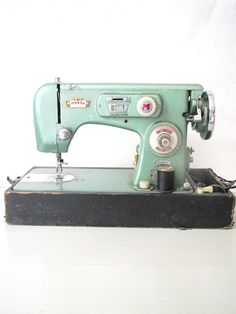 i will own: vintage morse zig zag mint seafoam green metallic sewing machine. Sewing Hacks, Sewing Crafts, Sewing Projects, Vintage Sewing Notions, Vintage Sewing Patterns, Sewing Machine Accessories, Antique Sewing Machines, Sewing Rooms, Love Sewing