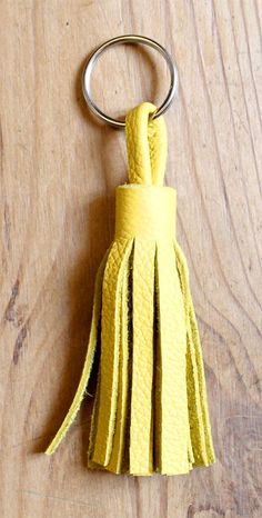 Comment créer un pompon en cuir coloré pour enjoliver votre sac à main ou faire un porte-clés original. DIY pompon en cuir, une bonne idée cadeau.