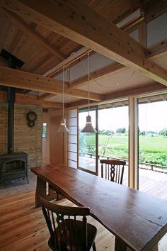 今回ご紹介するのは安曇野の山麓に60代の夫婦のために建てられた住宅。北アルプスとのどかな田園風景を背景に、木のぬくもり溢…