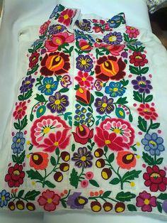 Košeľa Hriňová s hladkovanou výšivkou Emil / ADA. Hungarian Embroidery, Folk Embroidery, Hand Embroidery Designs, Vintage Embroidery, Embroidery Stitches, Embroidery Patterns, Indian Embroidery, Embroidery Online, Modern Embroidery