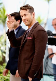 When he so gracefully waved to his crowd of admirers like the real gentleman that he is: | 17 Reasons To Fall In Love With Ryan Reynolds