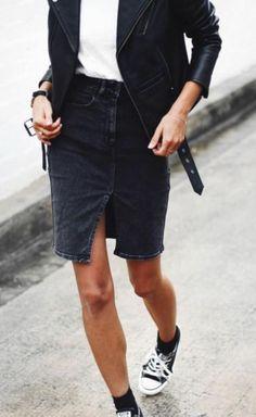 jupe courte en denim gris foncé et sneakers noirs femme