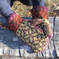 This is a variation on the Tiffany mittens on Knitty by Sari. This pattern, however, uses worsted weight wool instead of finer gauge yarn, making it a good way to enter the world of Nordic mittens. Fingerless Mittens, Knit Mittens, Knitted Gloves, Knitting Stitches, Knitting Patterns Free, Free Pattern, Wrist Warmers, Hand Warmers, Norwegian Knitting