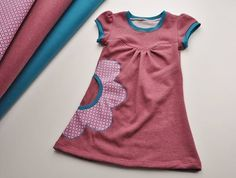 Kids Clothing Tunic dress with flower bag application Kids ClothingSource : Tunika Kleid mit Blumentasche Applikation by olelos Sewing Patterns For Kids, Sewing For Kids, Baby Sewing, Clothing Patterns, Fashion Kids, Sewing Clothes, Diy Clothes, Bebe T Shirt, Kids Outfits