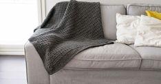 Harmaa Andes -langasta virkattu peitto on valmis.Ohje on napattu Erika Knightin kirjasta Tyylikkäät silmukat. Oli hyvin selkeät ohje... Diy And Crafts, Couch, Embroidery, Blanket, Knitting, Frozen, Bed, Crochet, Handmade