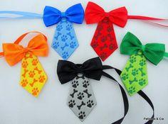 Gravata Patinhas: gravata borboleta em fita de cetim, gravata patinhas e ossinhos em material peluciado. Com fita para amarrar no pescoço.    Cores disponíveis: vermelho, laranja, verde, azul, preto.    Tamanho Único: 9,5x7cm    Você pode escolher entre:  - embalagem padrão contendo 10 unidades e...