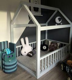Indretning boernevaerelse, drengeværelse. Baby boy's room with house frame bed.