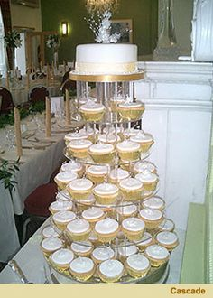 Im diggin the cupcake idea! Easy and no one has to cut cake and pass it out to guests!