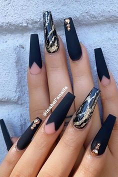 Glam Matte Black and Gold Coffin Nails NYE calls for bold, glitzy and glamorous nail designs. No worries because we have found 41 NYE nail ideas you need to try this year. Gold Coffin Nails, Black Gold Nails, Navy Blue Nails, Black Acrylic Nails, Silver Glitter Nails, Black Nail Art, Best Acrylic Nails, Matte Black, Marble Nails