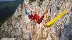Dormire in cordata. Su un'amaca a strapiombo sul Tiesno Canyon, in Bosnia Erzegovina. Ad aver tentato l'impresa sono stati diciannoveimpavidi scalatori in occasione delDrill and Chill Climbing and H