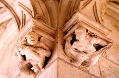 Chateau de la Rochefoucauld: sculptures médiévales galerie rez-de-chaussée- 3) ARCHITECTURE, 7 AILE DU XVIII°s: En 1615, le château médiéval est démoli. La cour est ouverte vers le N. En 1635, FRANCOIS V DE LA ROCHEFOUCAULD demande à l'architecte Guillaume Cazier d'Angoulême de reconstruire l'aile O. contre le donjon. Le duc en avait dessiné le plan, avec 2 chambres basses et 2 chambres hautes.