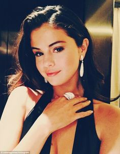 She will not go unnoticed: Selena Gomez posted this very sexy glamor photo on Instagram Tu... SELENA YOU EAR MY GIRL IN SPRITIT