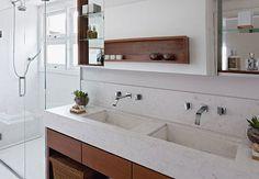 banheiro casal arejado cuba embutida torneira parede