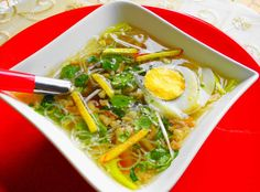 Saoto Soup - A very popular Suriname soup made with chicken, egg and local vegetables. Yummy Vegetable Recipes, Soup Recipes, Cooking Recipes, My Favorite Food, Favorite Recipes, Suriname Food, Food Porn, Food Therapy, Exotic Food