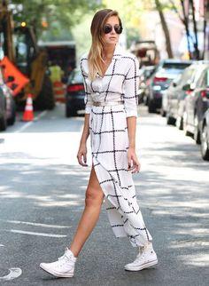 Vestido branco xadrez com fenda, tênis all star branco cano médio