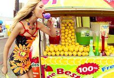 Toni Garrn e um verão cheio de cores!