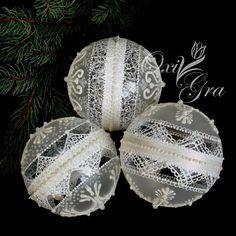 ... pada pada śnieg... No tak, jeszcze nie pada ale u mnie będzie biało od śnieżynek Bombki o śr.12cm, akryl Szklane perełki, bia...