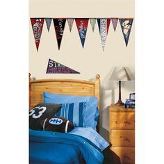 """O adesivo de parede com bandeiras de futebol americano também é uma opção divertida para os garotos. O esporte está cada vez mais em alta no Brasil, e a garotada tem acompanhado e praticado o futebol americano cada vez mais. Quem sabe o incentivo pode levar o seu atleta a disputar o """"Super Bowl"""" um dia?"""