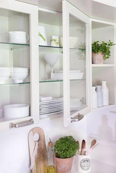 Vajilla a la vista.Si escoges un armario superior tipo vitrina, con puertas y estantes de cristal, la cocina se verá más ligera. Pero, eso sí, ¡tendrás que mantener el interior bien ordenado!