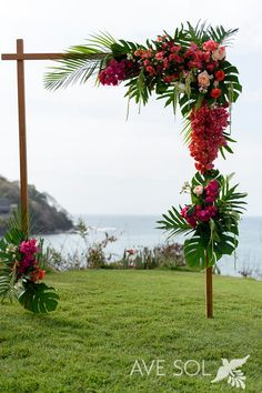 Bugambilia roses and tropical leaves, this wedding arch! - Wedding Deco - Bugambilia roses and tropical leaves, this wedding arch! Beach Wedding Reception, Beach Wedding Favors, Hawaii Wedding, Diy Wedding, Destination Wedding, Wedding Ideas, Wedding Arches, Wedding Nail, Wedding Ceremony