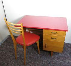 bureau avec sa chaise rouge vintage ref160321