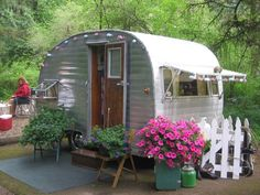 I want this for my backyard as a guest room! Vintage Camper Trailer with pretty flowers Tiny Trailers, Vintage Campers Trailers, Retro Campers, Vintage Caravans, Caravan Vintage, Camper Trailers, Vintage Rv, Vintage Motorhome, Vintage Stuff